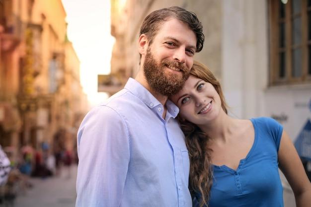 市内の幸せなカップル Premium写真