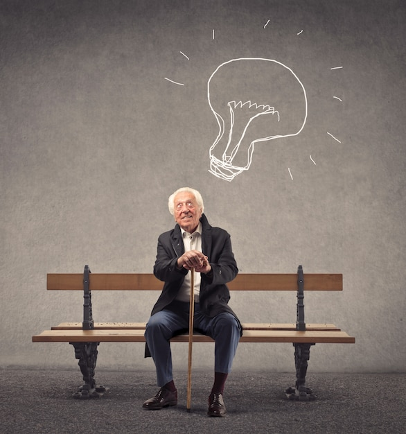 素晴らしいアイデアを持つ老人 Premium写真