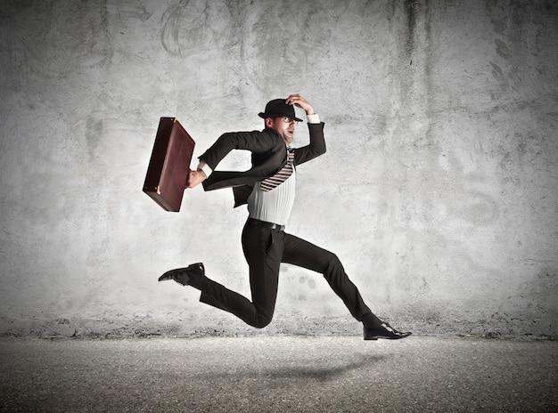 Бизнесмен спешит на работу Premium Фотографии