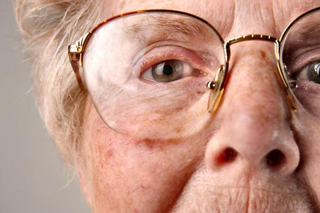 年配の女性のクローズアップ Premium写真