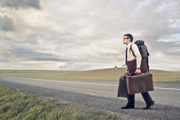旅行に行くビジネスマン Premium写真