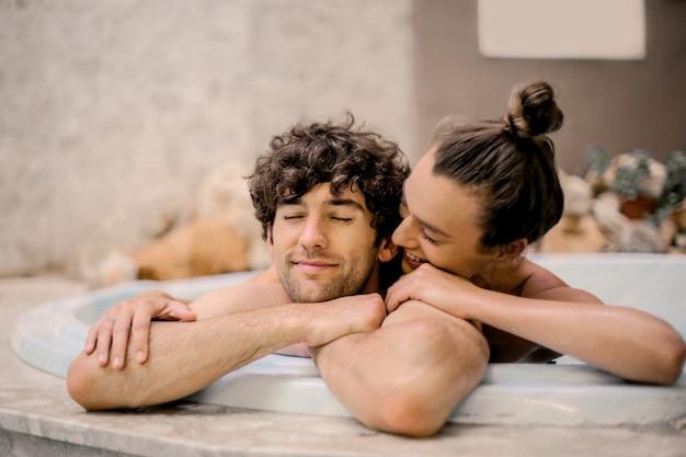 Счастливая пара в спа Premium Фотографии