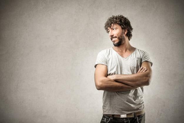 幸せな笑みを浮かべて男 Premium写真