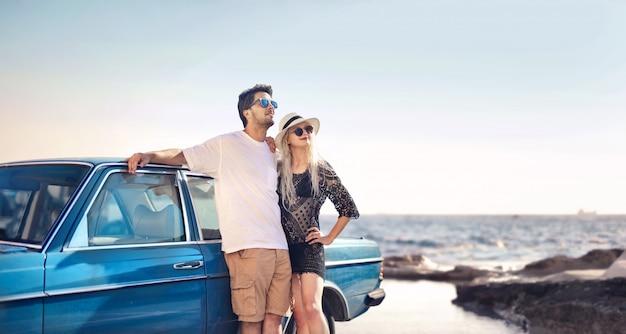 Пара наслаждается каникулами Premium Фотографии