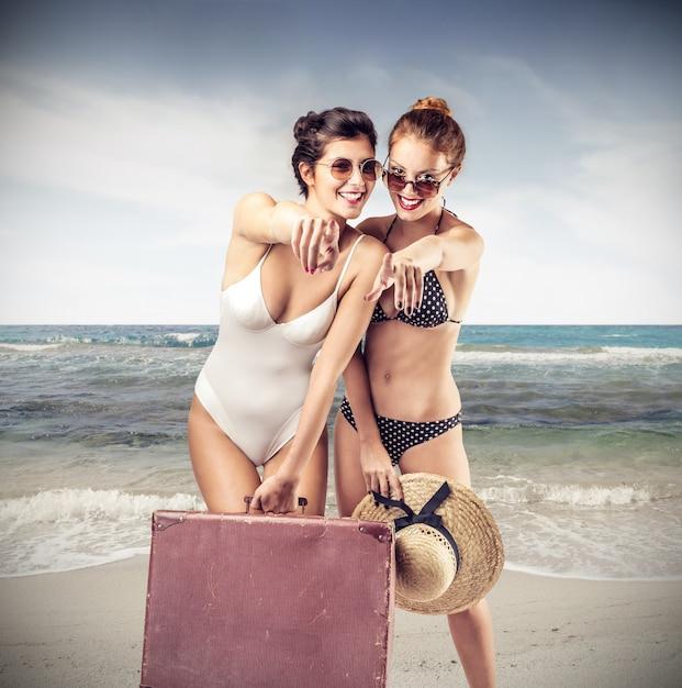 Красивые девушки на летних каникулах Premium Фотографии