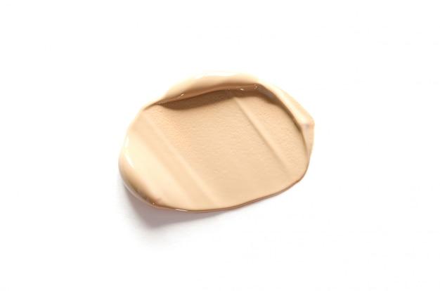Бежевый макияж мазок на кремовой основе, изолированные на белом Premium Фотографии