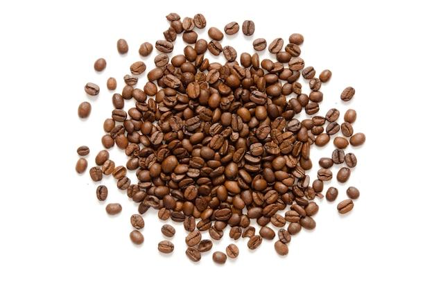 コーヒー豆。白い背景で隔離されました。 Premium写真