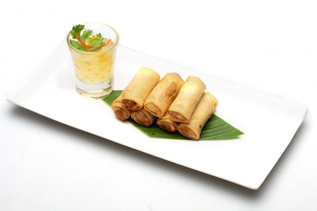 Тайский блинчик с начинкой. еда изолированная на белой предпосылке. Premium Фотографии