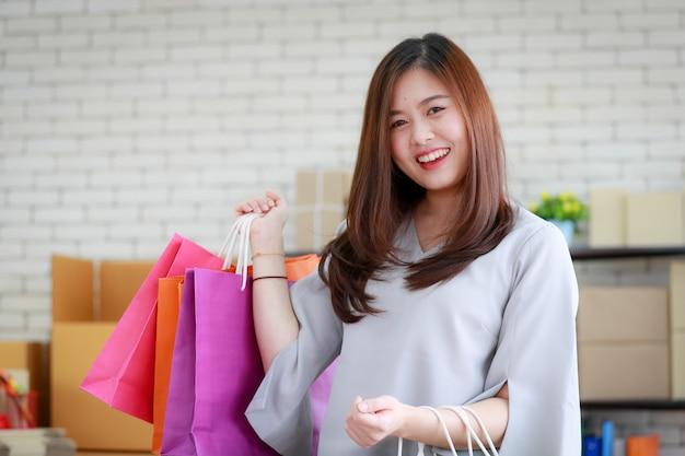 彼女の買い物袋に満足している女性。 Premium写真