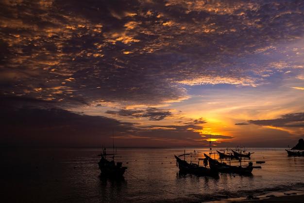 朝の海の風景、ボートのシルエットと素敵な空 Premium写真