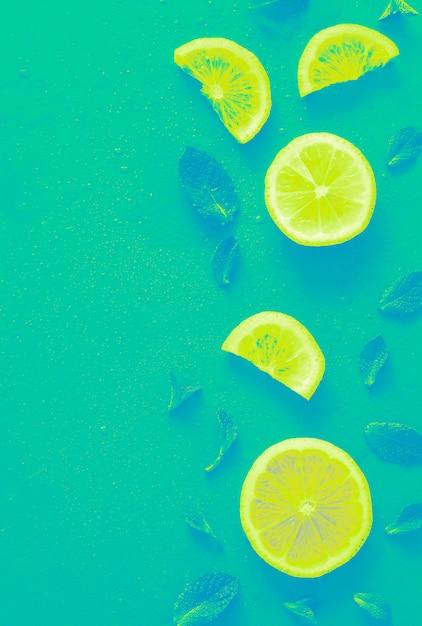 Модные ломтики лимона с ярким градиентным эффектом. Premium Фотографии