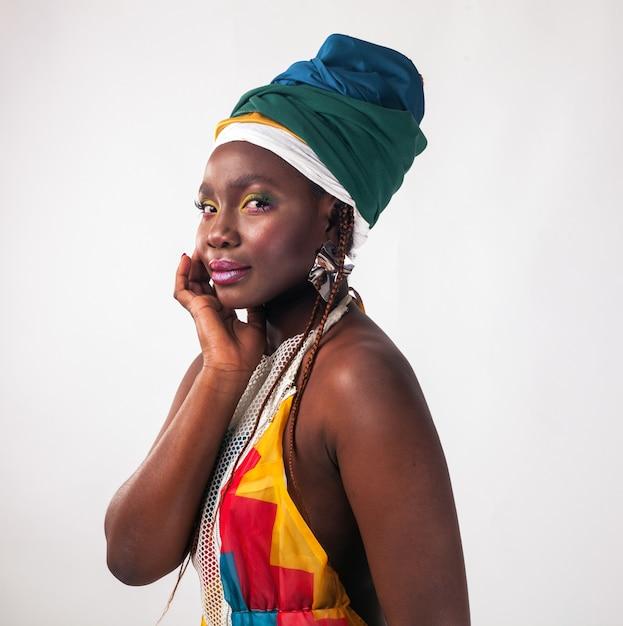 夏のドレスと民族のヘッドラップの若いアフリカ女性のスタジオファッションポートレート Premium写真