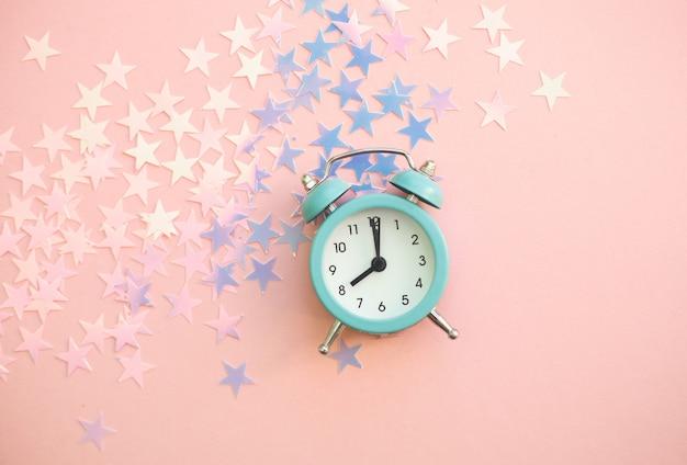 Старинный будильник со звездным блестящим конфетти Premium Фотографии