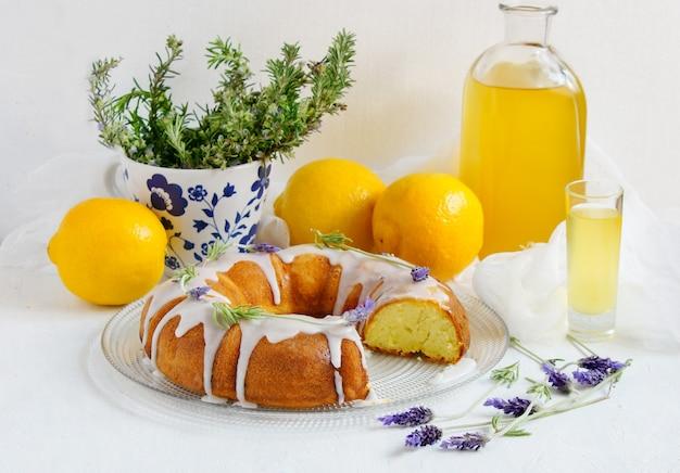 Лимонный пирог с домашним лимончелло и лавандой Premium Фотографии