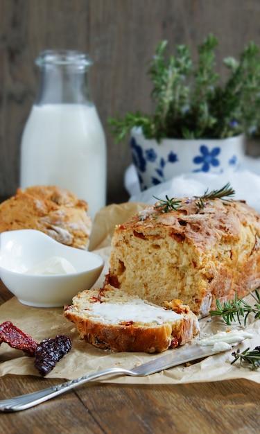 Хлеб с вялеными томатами, розмарином и чесноком Premium Фотографии