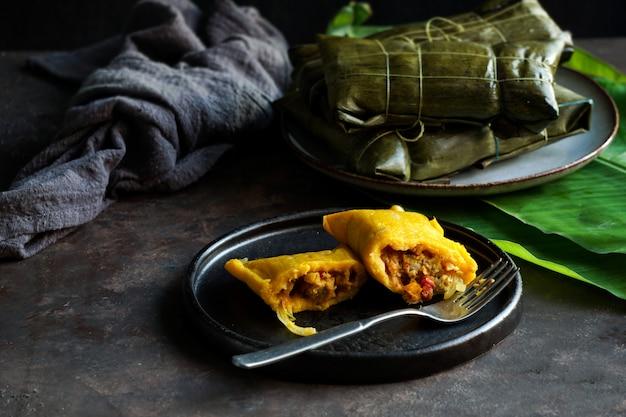 ベネズエラのクリスマス料理、ハラカスまたはタマレ Premium写真