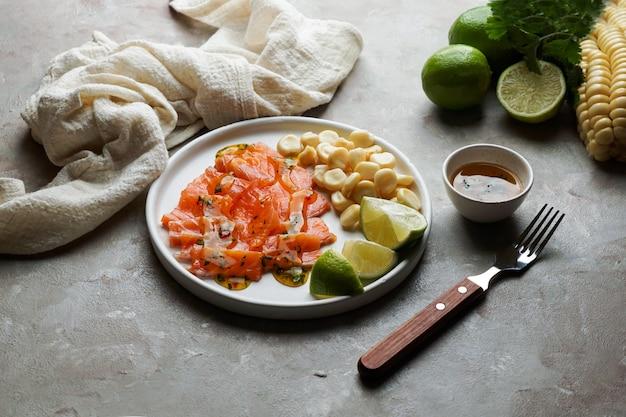 Тирадито де лосось - перуанское блюдо из сырой рыбы, карпаччо Premium Фотографии