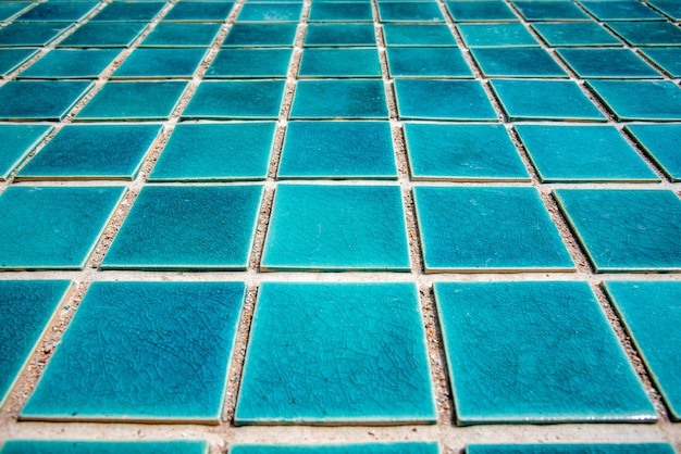 Закройте голубой плавательный бассейн плиточный пол. архитектор и строительство Premium Фотографии