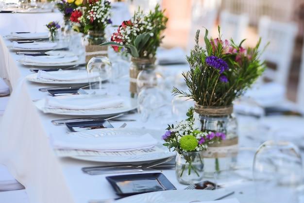 レストランでの屋外結婚式のお祝い Premium写真