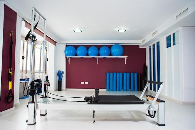 ピラティストレーニングのための近代的な設備と空ホール Premium写真