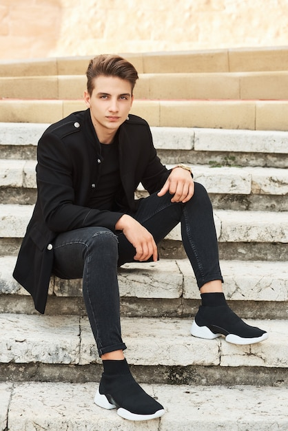 黒い服を着たエレガントな若者 Premium写真