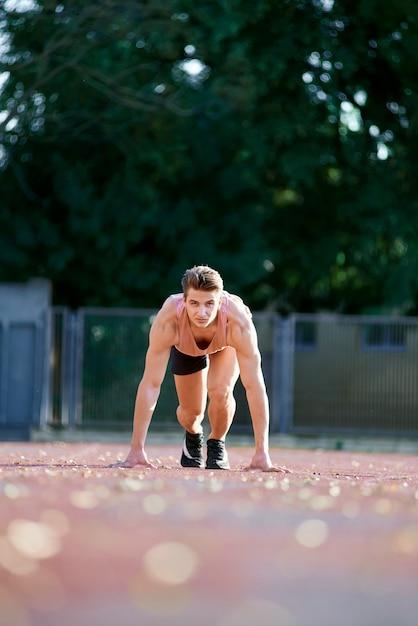 若いフィットと開始位置で実行する準備ができて自信を持って男 Premium写真