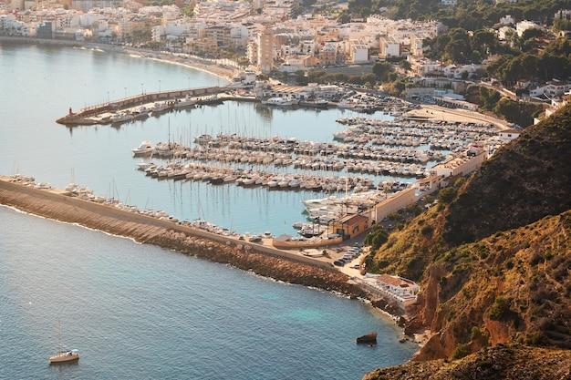 スペインのコスタブランカの晴れた日の地中海の風景 Premium写真