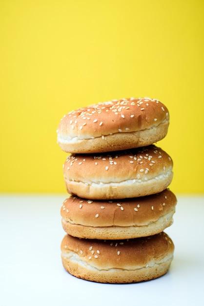 白と黄色の背景にハンバーガーパン Premium写真