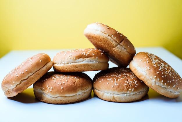 白い背景の上のハンバーガーパン Premium写真
