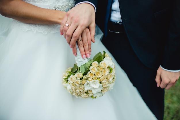 新婚夫婦の結婚指輪を示すクローズアップ Premium写真
