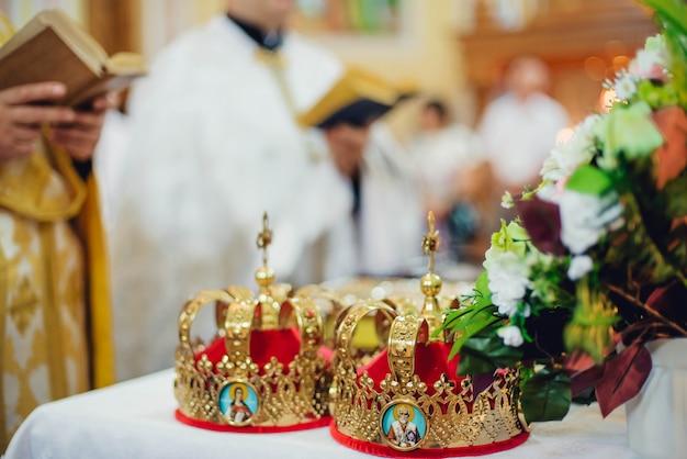 結婚式の儀式の属性は教会の祭壇の上にあります Premium写真