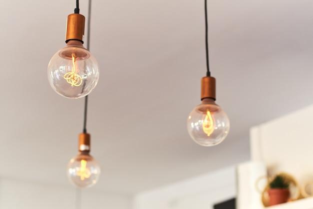 Старинные светильники, свисающие с потолка Premium Фотографии