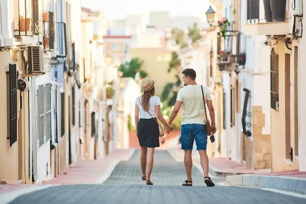 スペインを歩く若い幸せなカップル Premium写真