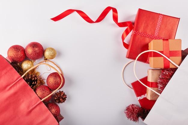 Рождественские украшения на белом фоне Premium Фотографии
