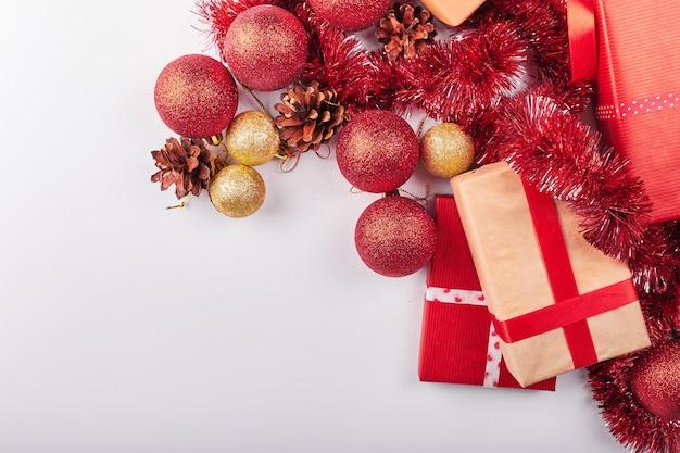 白い背景の上のクリスマスの装飾 Premium写真