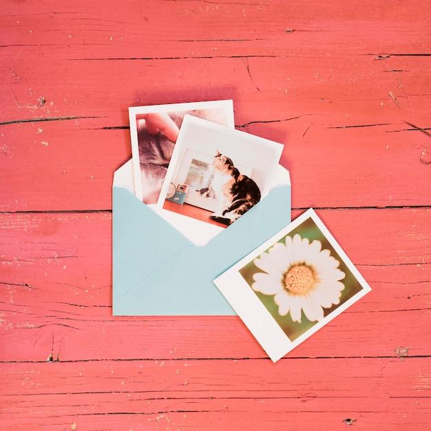 青い封筒にインスタント写真 無料写真