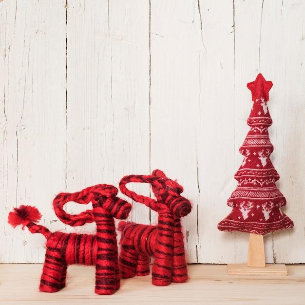 上にコピースペースのある赤いクリスマスの装飾品 無料写真
