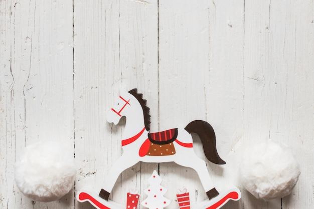 クリスマスのために大きな雪玉の木馬 無料写真