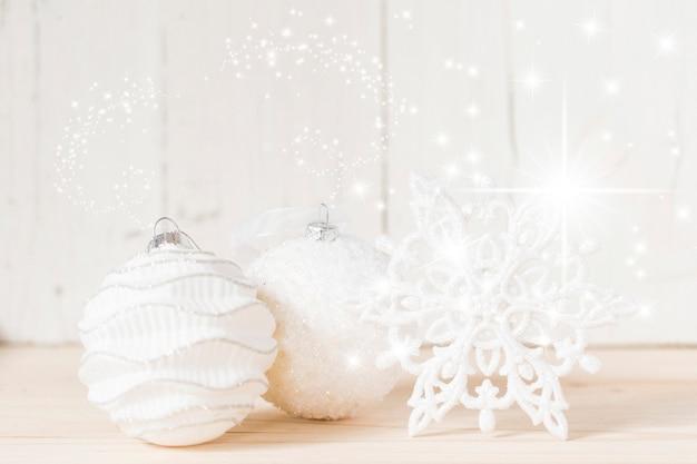 クリスマスボールと雪片 無料写真