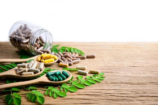 天然サプリメント、ビタミンまたは有機薬、カプセル、薬草ハーブ Premium写真