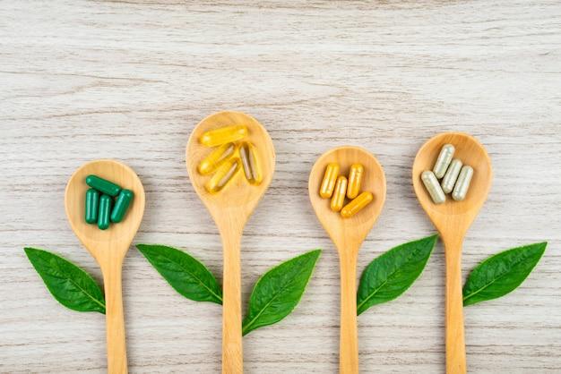 健康のためのハーブの性質からのハーブカプセル、薬の病気のためのビタミン、ミネラルサプリメントの丸薬。 Premium写真