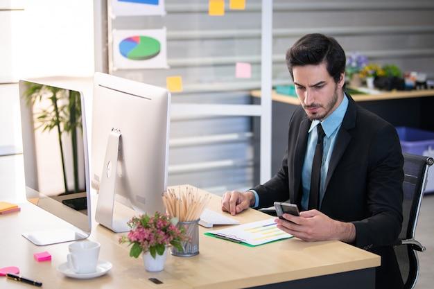 オフィスで働くビジネスマン Premium写真