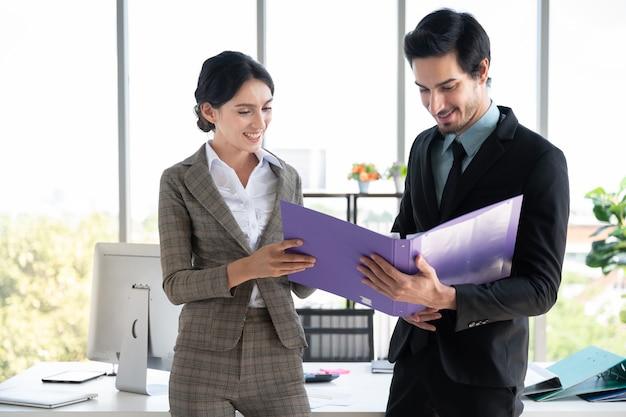 ビジネスマンと金融事務所で働く女性の肖像画 Premium写真