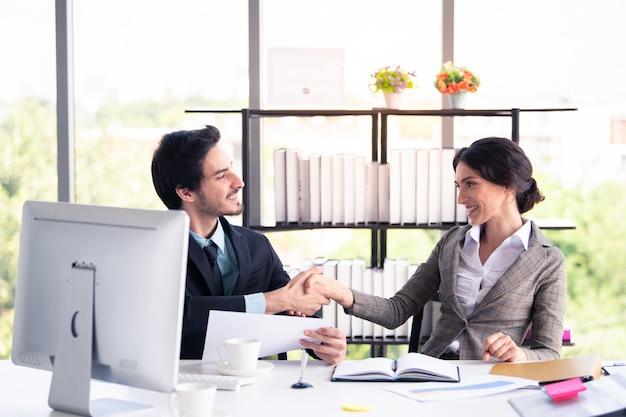 ビジネスの男性と女性の近代的なオフィス、ビジネス、金融の概念での作業 Premium写真
