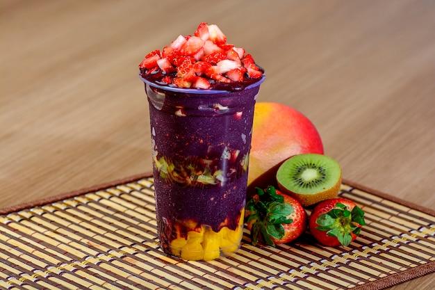 ストロベリートッピングのアサイカップ - ブラジルアサイデザート Premium写真