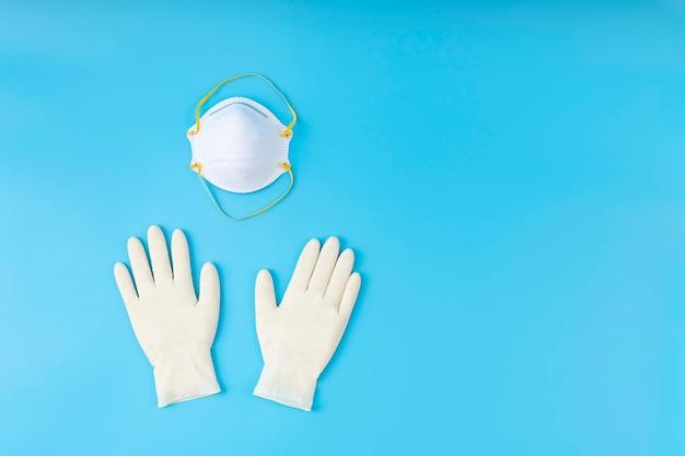 白いラテックス手袋とマスク。保護コロナウイルスの概念。適切な保護を使用すると、ウイルスに勝ちます。 Premium写真