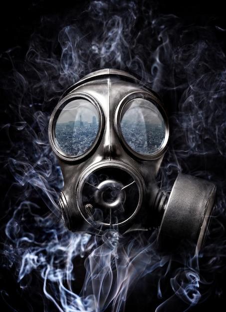 防毒マスクと煙 Premium写真