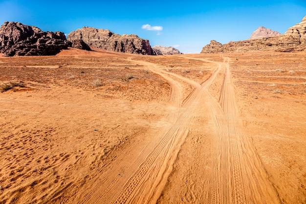ワディラムの砂漠で追跡 Premium写真