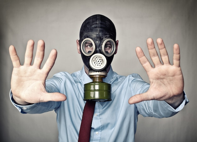 防毒マスクを持つ男 Premium写真