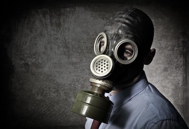 マスクを持つ男の肖像 Premium写真